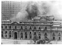 Il Palazzo del governo, la Moneda, bombardato