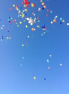 I palloncini dei ragazzi dell'IIS Pizzini-Pisani che volano in cielo in ricordo di Matteo Barone