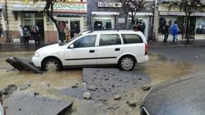 Il crollo del manto stradale a Corso Umberto