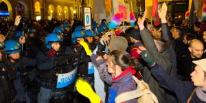 Un momento degli scontri con la polizia nella manifestazione antifascista a Padova