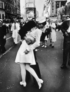 Bacio dopo la fine della seconda guerra mondiale