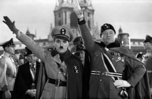 """Charlie Chaplin nella parodia di Hitler con l'imitatore di Mussolini in Il """"Grande Dittatore"""" (1940)."""