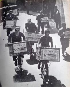 Strilloni de l'Unità con il giornale che annuncia la vittoria della Repubblica il 2 giugno del 1946
